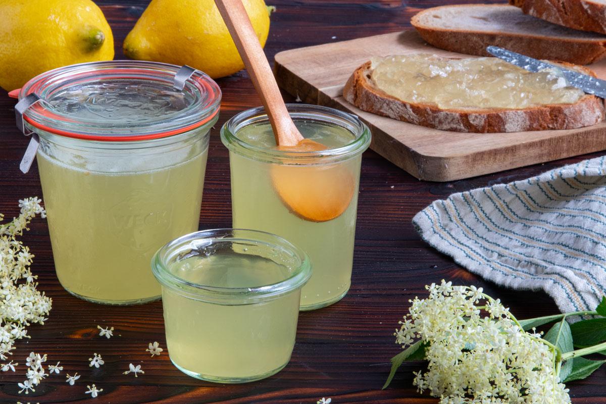 Holunderblütengelee mit Wasser und Zitrone