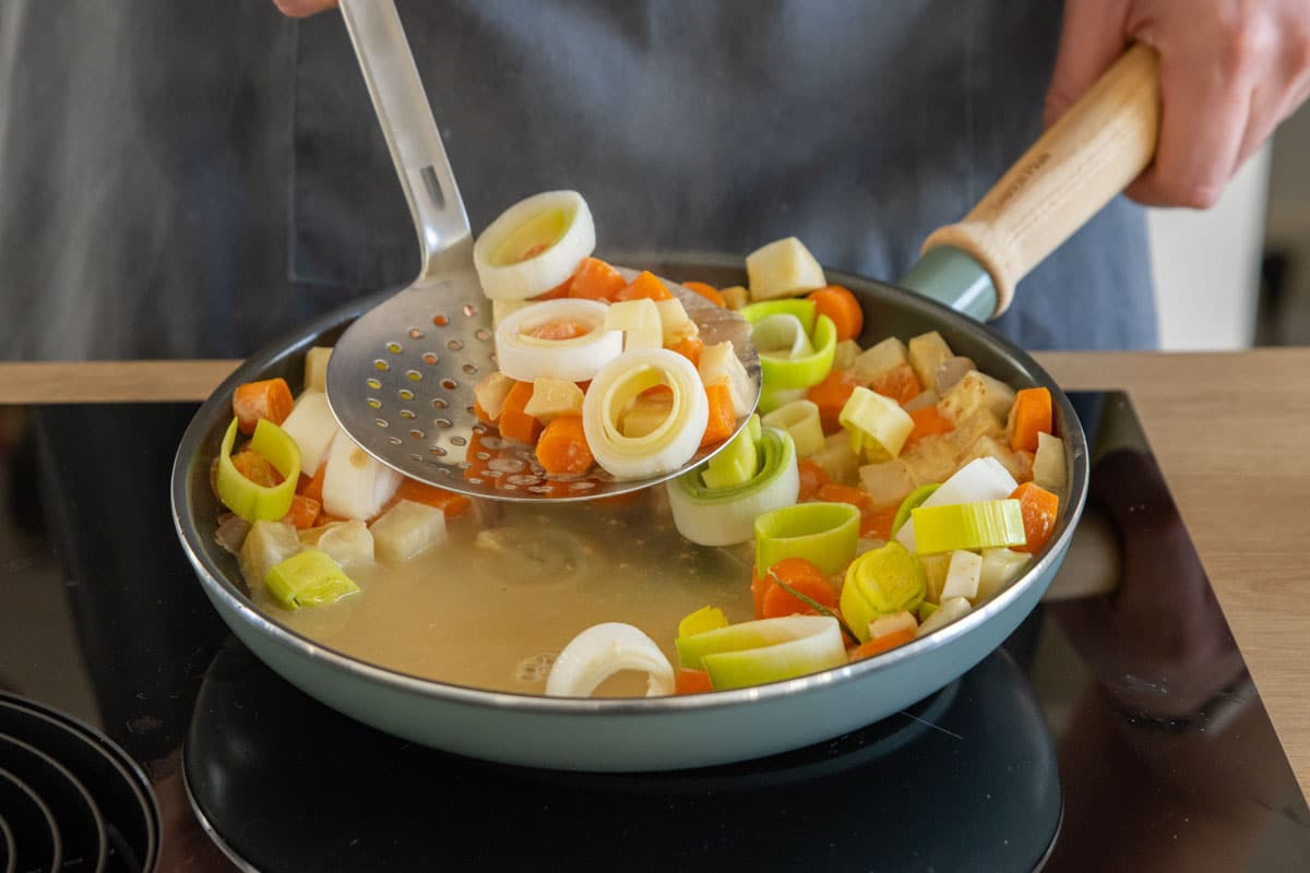 Gemüse aus Pfanne nehmen