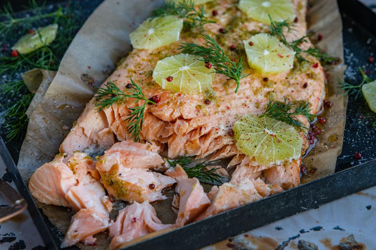 Lachs mit Haut im Ofen gegart