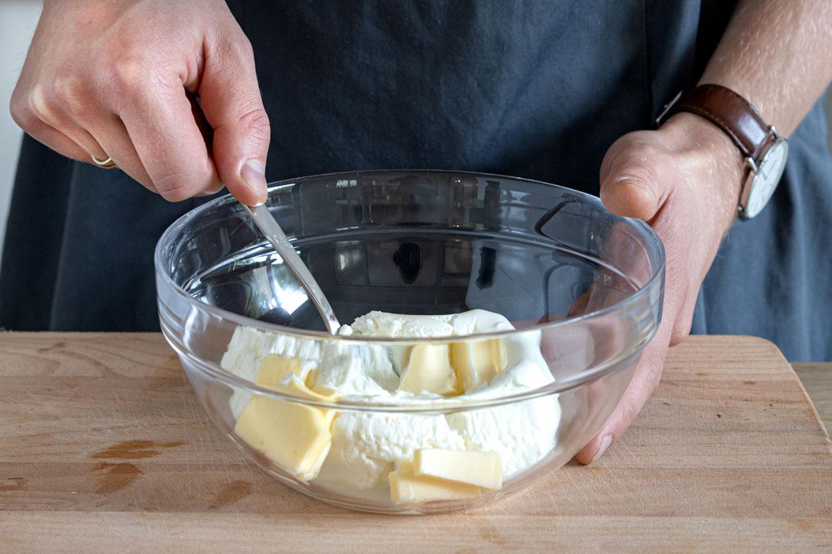 Frischkäse und Butter mischen