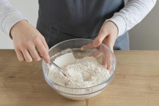 Mehl mit Backpulver und Zimt vermengen
