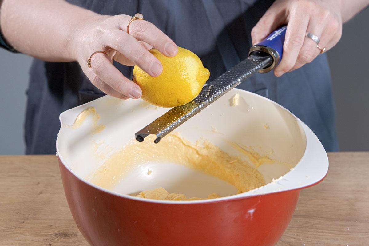 Schale von der Zitrone abreiben