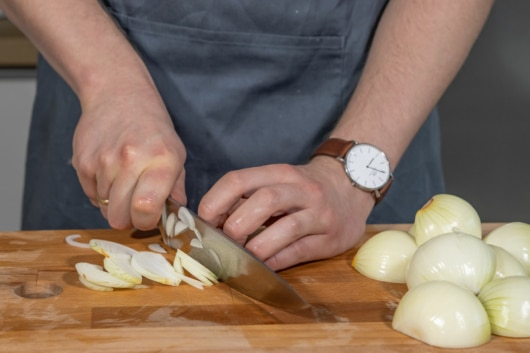 Zwiebeln in Streifen schneiden