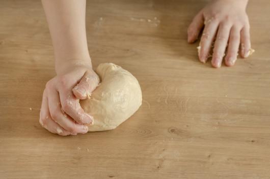 Teig mit den Händen kneten