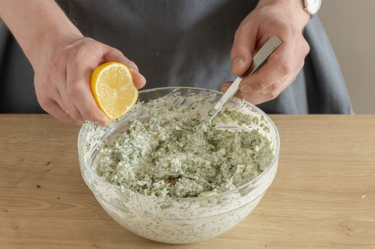 Frankfurter grüne Soße mit Zitrone würzen