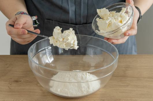 Parmesan und Kokosmilch mischen
