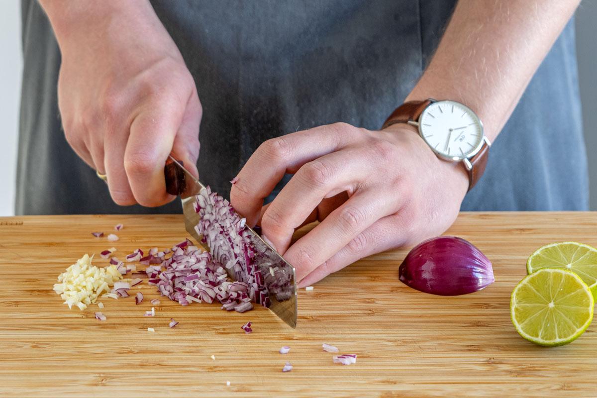 Zwiebel und Knoblauch schneiden