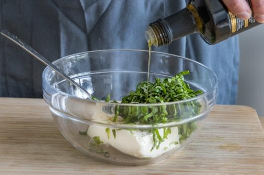 Olivenöl dazugießen