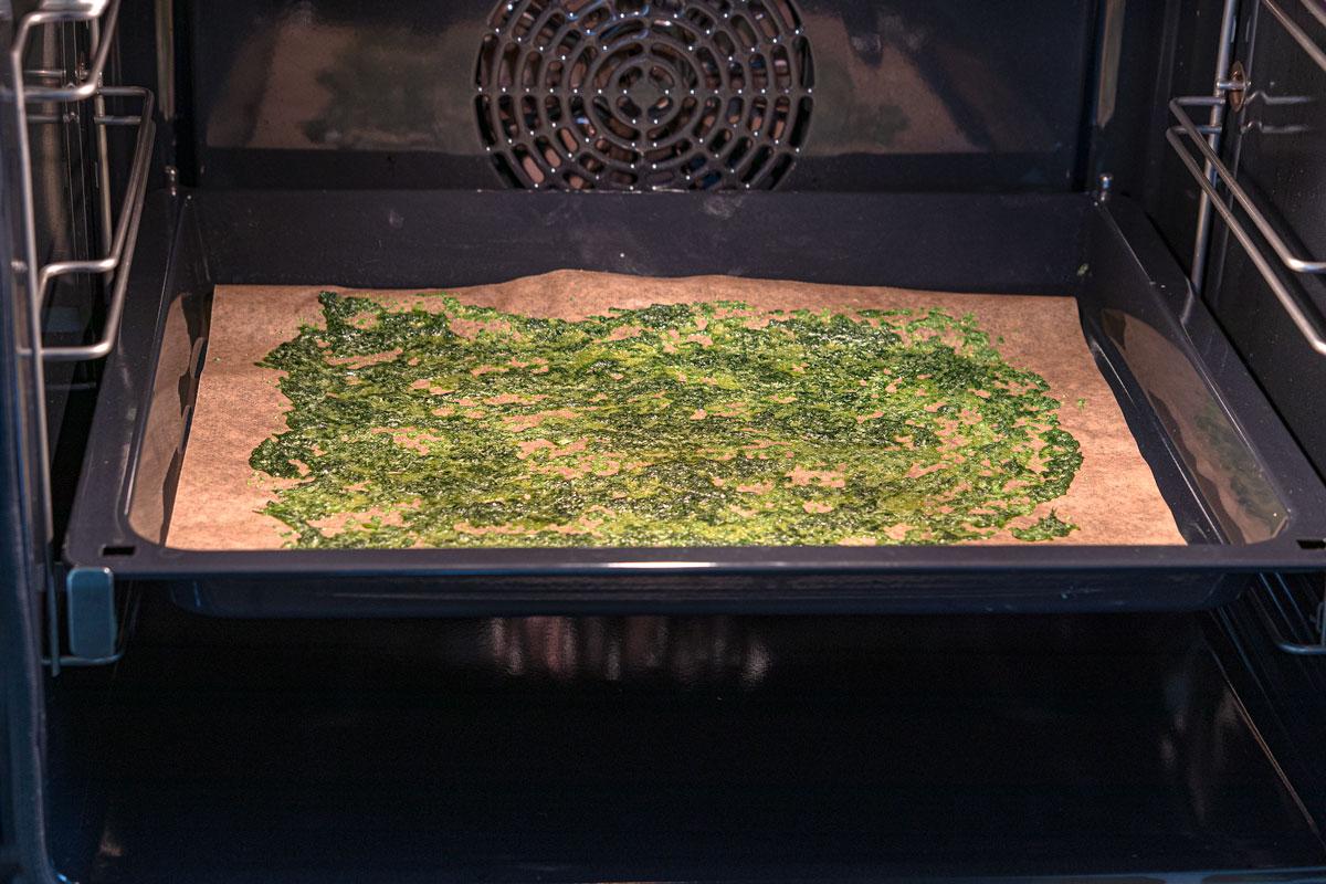 Basilikumzucker im Ofen trocknen