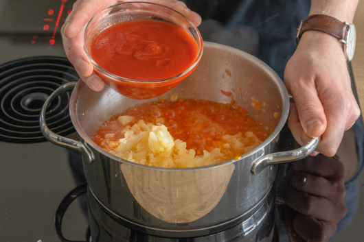 Tomatenmark hinzugeben