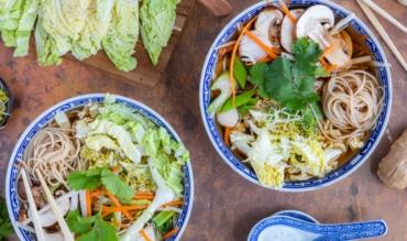 Vegane asiatische Chinakohlsuppe mit Reisnudeln