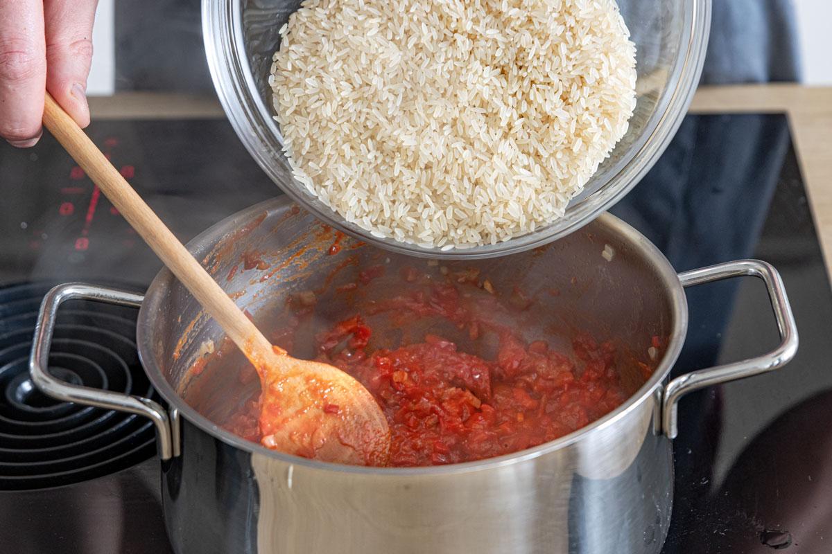 Reis in den Topf geben