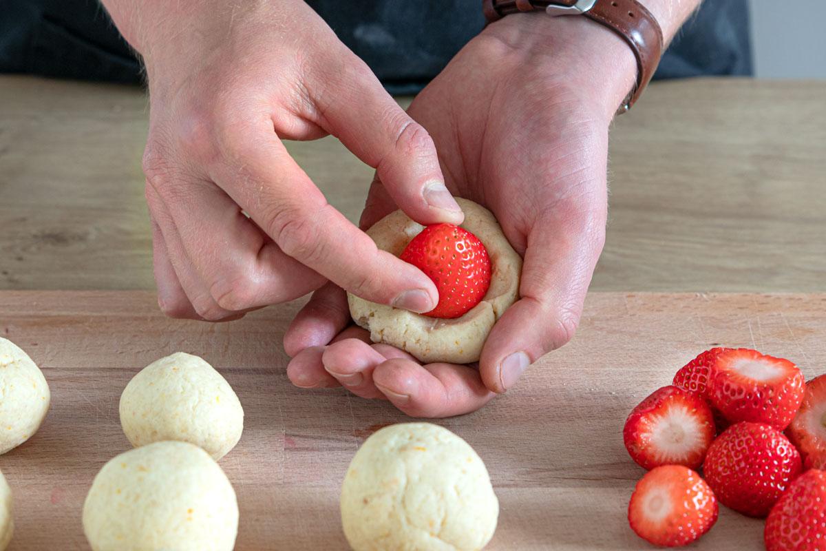 Erdbeeren mit Quarkteig umhüllen