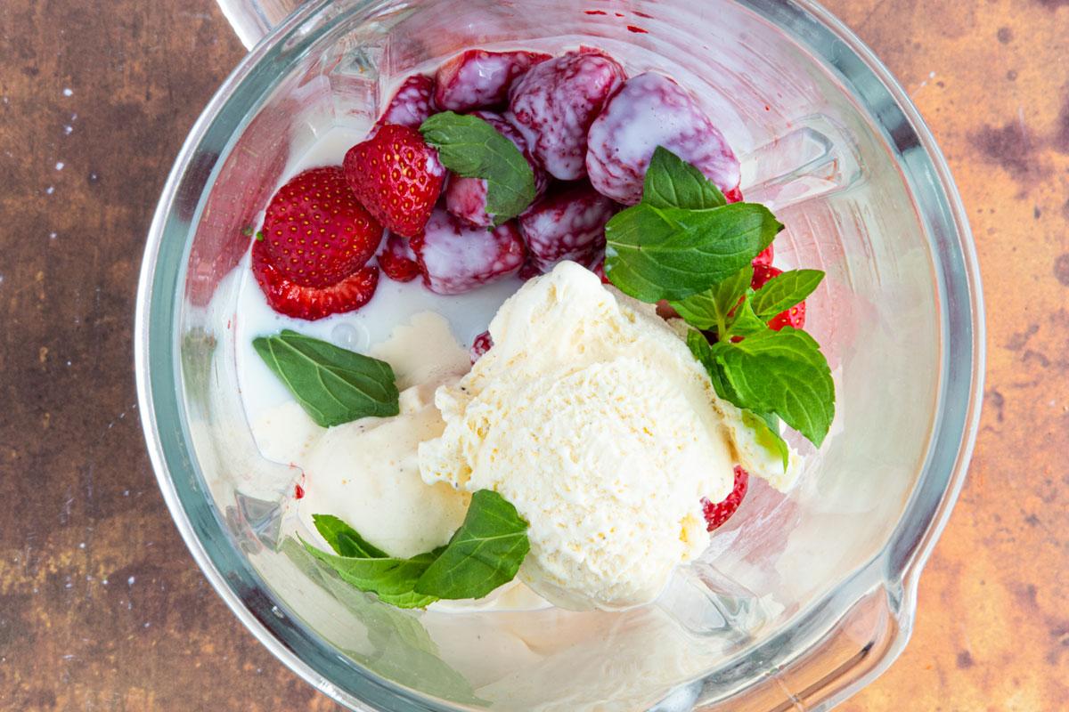 Zutaten für Erdbeershake im Mixer