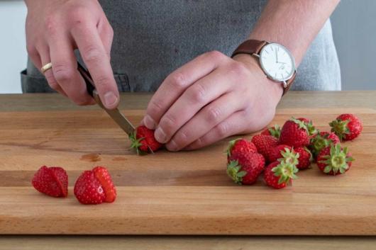 Strunk der Erdbeeren abschneiden