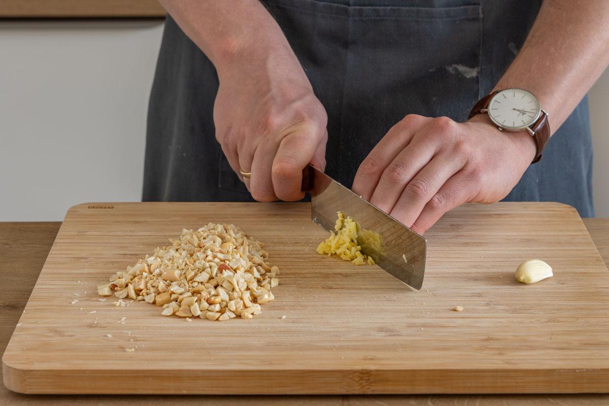 Erdnüsse, Ingwer und Knoblauch klein schneiden