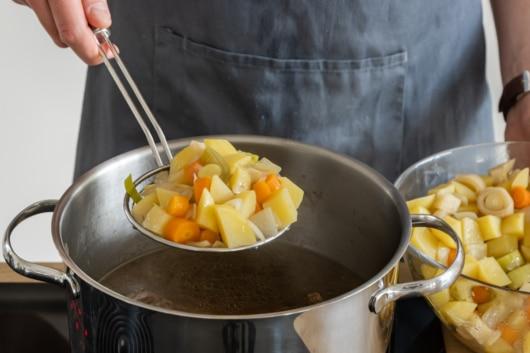 Gemüse in der Brühe aufwärmen