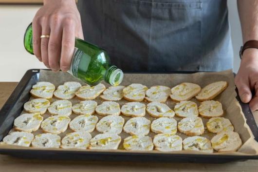 Brotscheiben mit Olivenöl benetzen