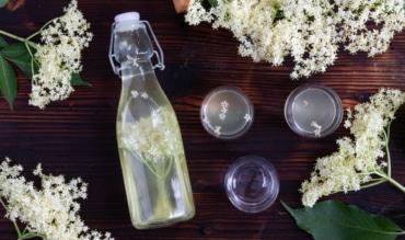 Holunderblütenlikor mit Rum
