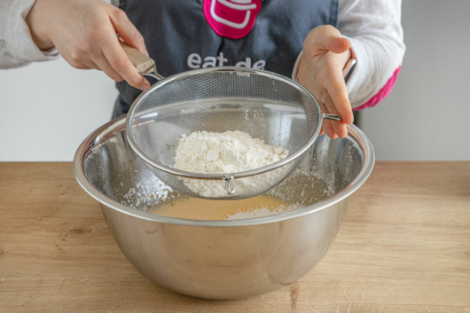 Mehl und Puddingpulver sieben