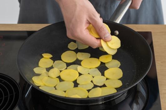 Kartoffeln in die Pfanne geben