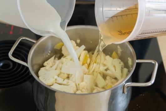 Gemüsebrühe und Mandelmilch hinzugeben
