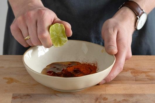 Limette zur Rippchen Marinade mit Honig dazu pressen