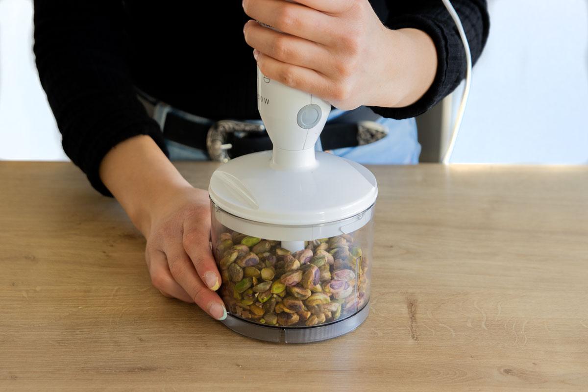 Nüsse in Zerkleinerungsgerät geben