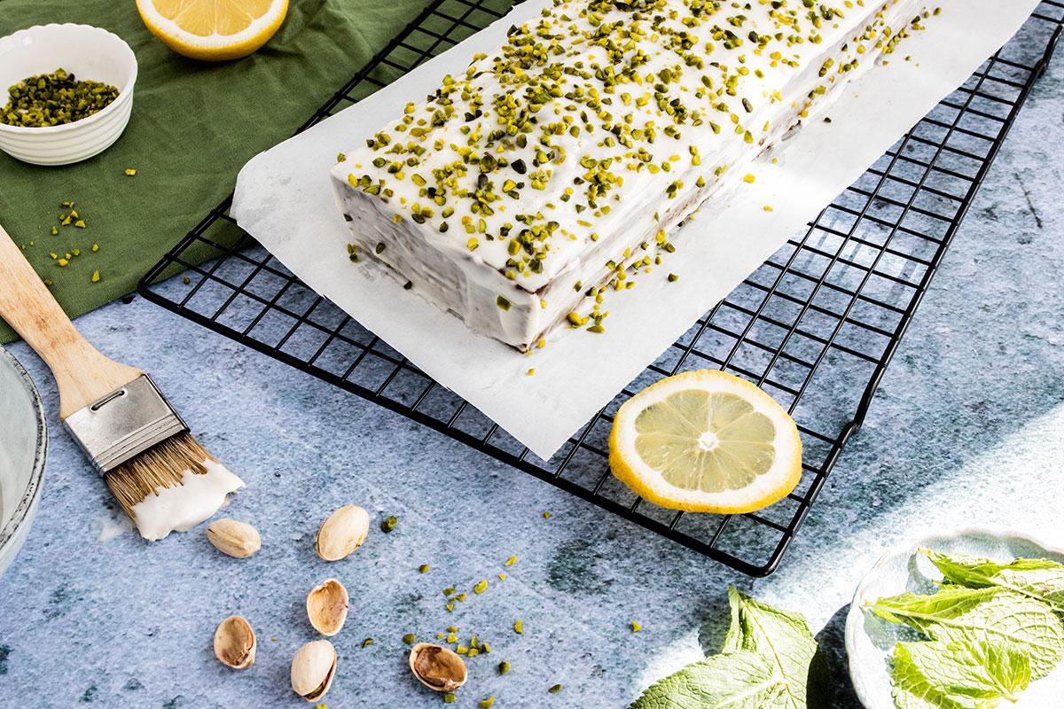 Saftiger Pistazienkuchen mit frischem Zitronen-Frosting