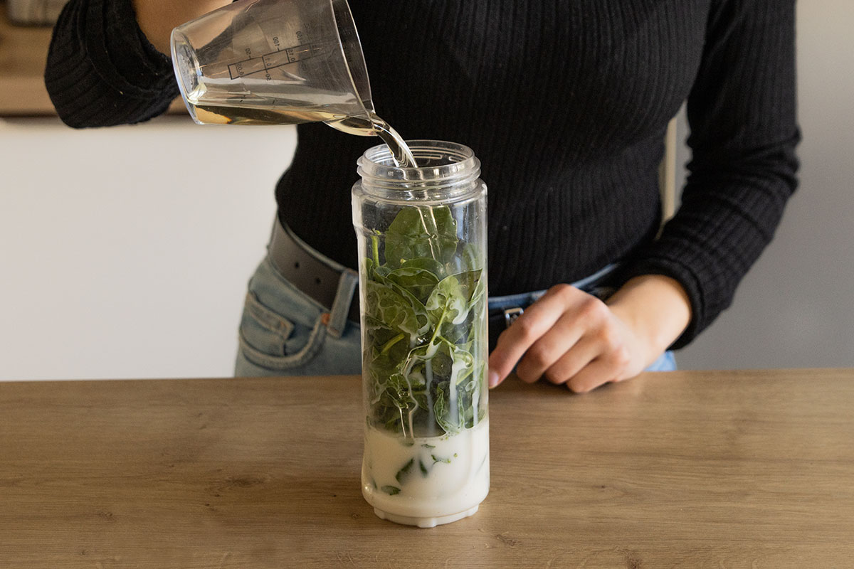 Spinat, Hafermilch & Öl in Mixer geben