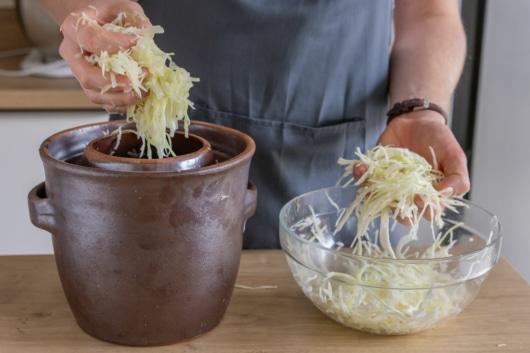 Sauerkraut kneten