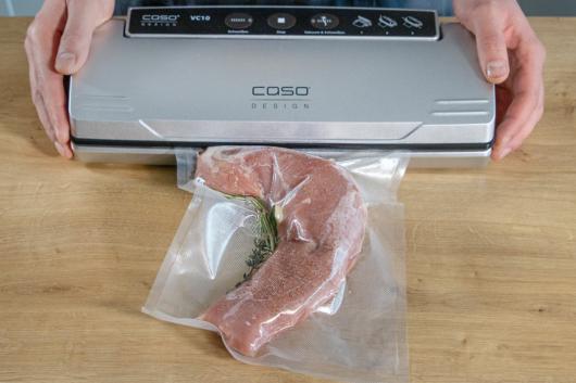 Fleisch mit Kräutern vakuumieren
