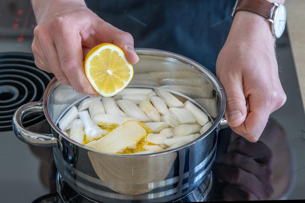 Spargel in Salzwasser mit Butter kochen