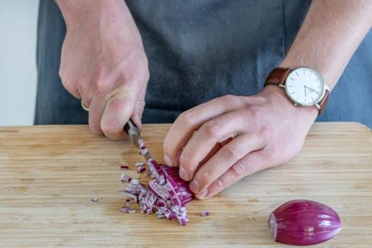 Zwiebeln in feine Würfel schneiden