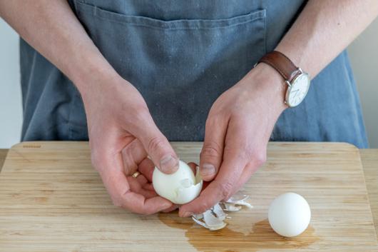 Eier für den Spargelsalat nach Omas Rezept schälen