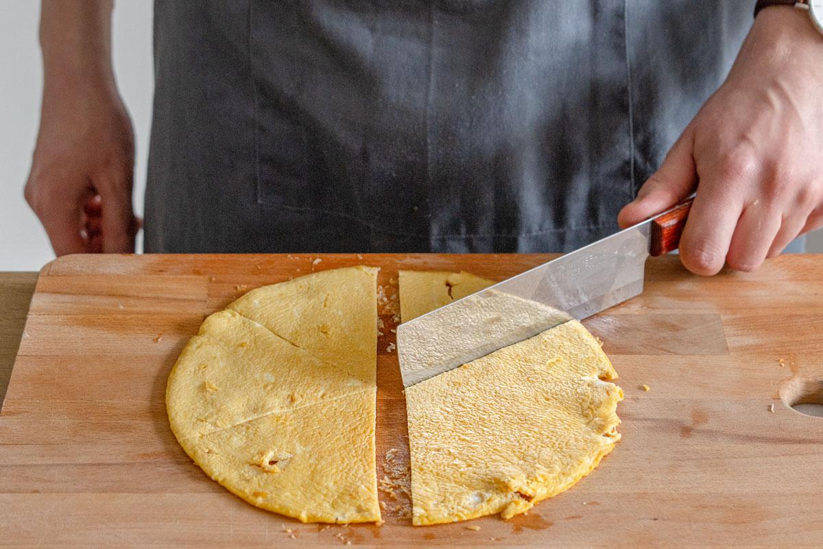 Omelette in Stücke teilen