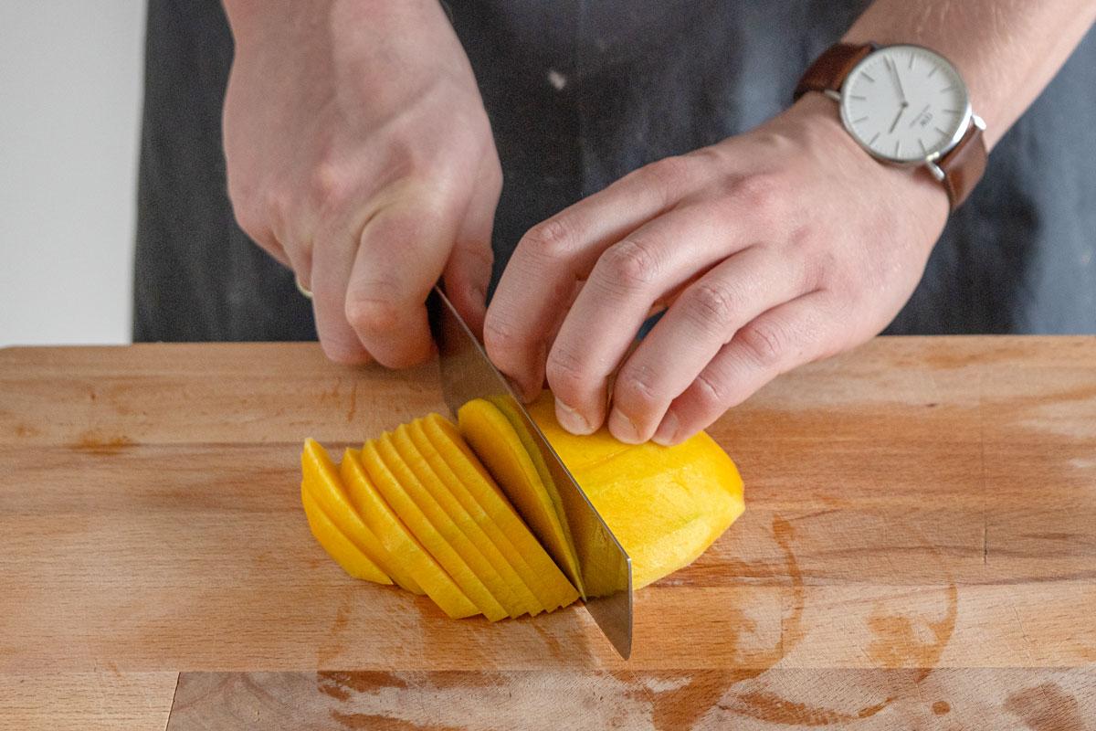 Mango in Scheiben schneiden