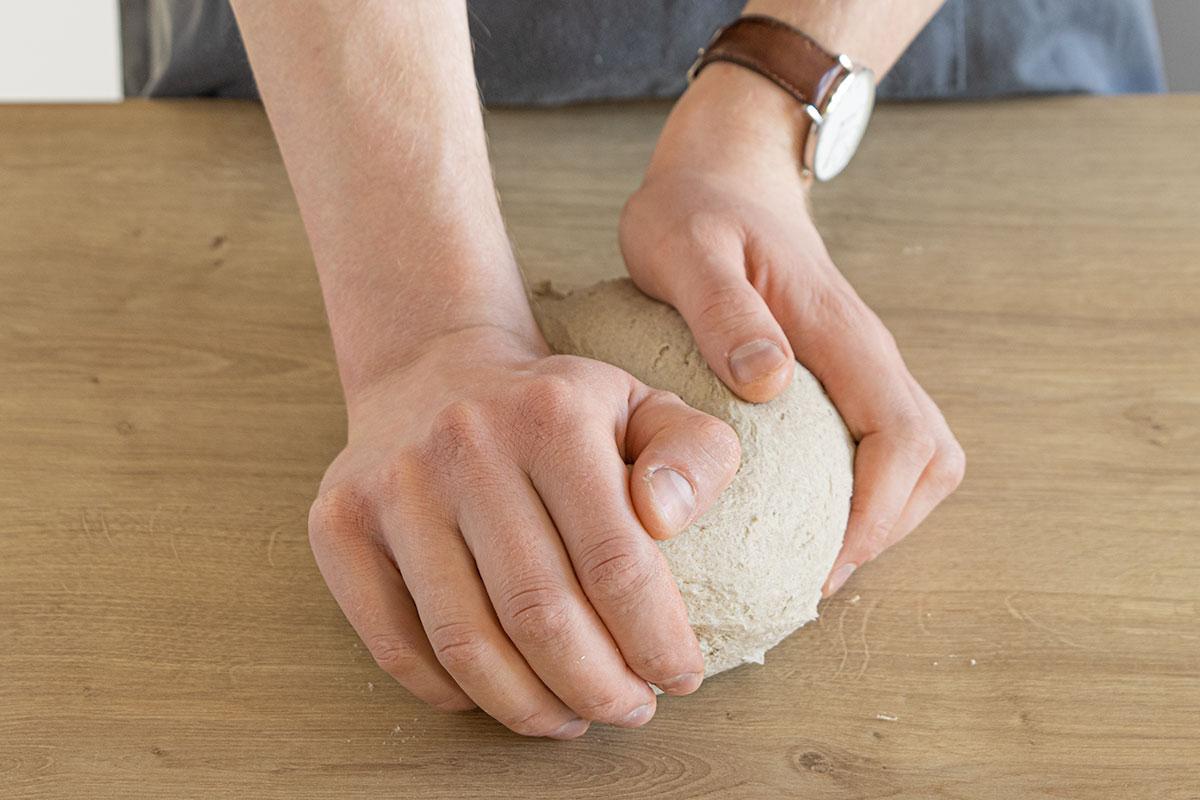 Teig noch einmal per Hand kneten