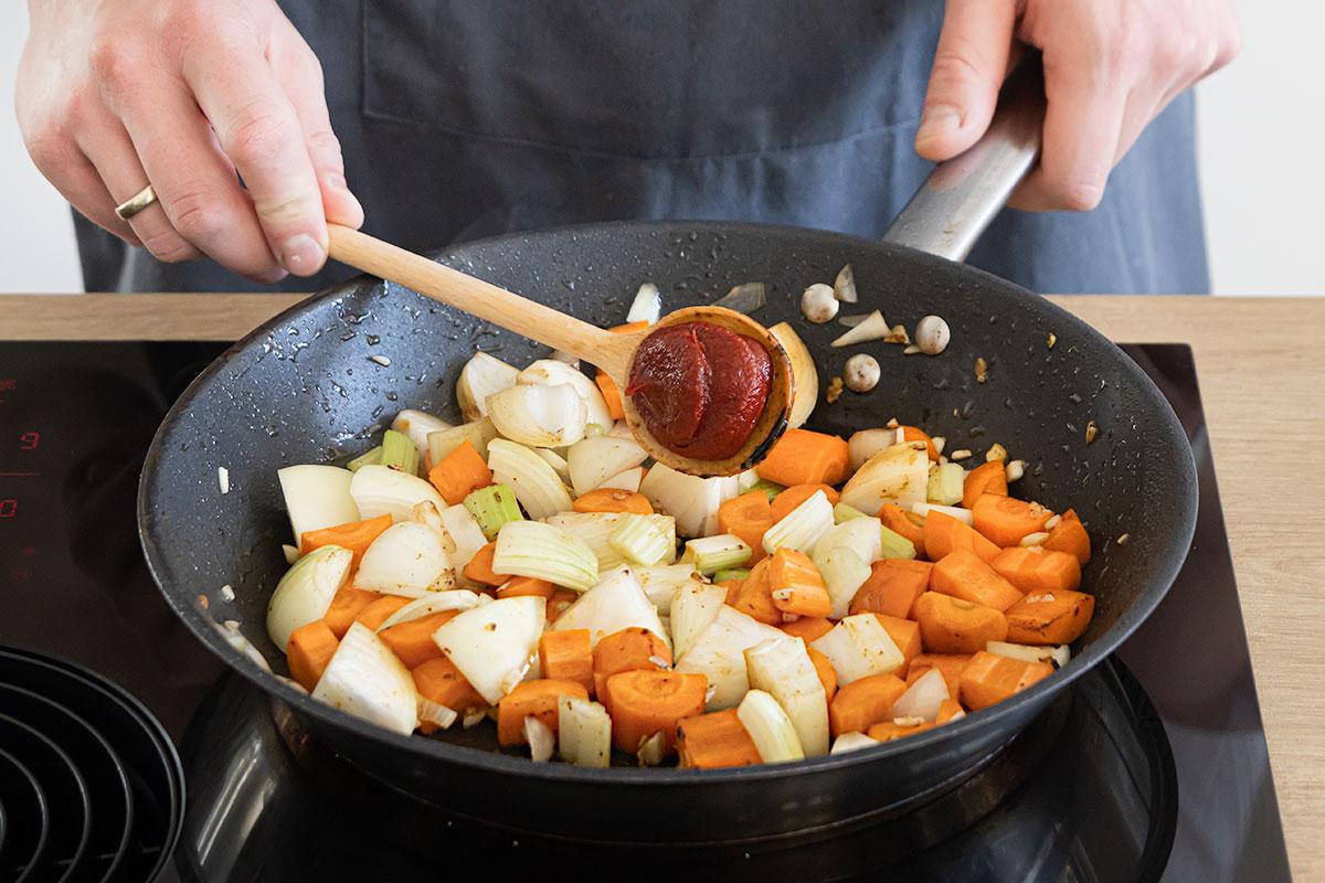 Gemüse anbraten und Tomatenmark dazugeben