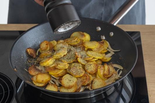 Bratkartoffeln würzen