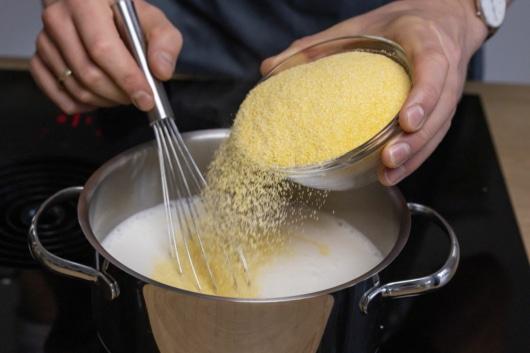 Maisgrieß hineingeben