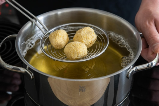 Falafel in Öl frittieren