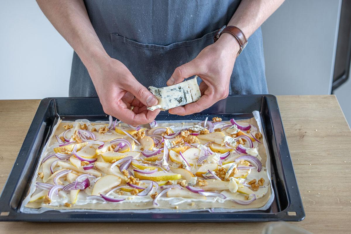 Gorgonzola auf Flammkuchen geben
