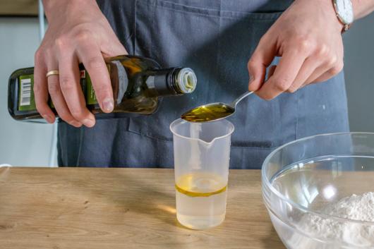 Olivenöl in den Messbecher geben
