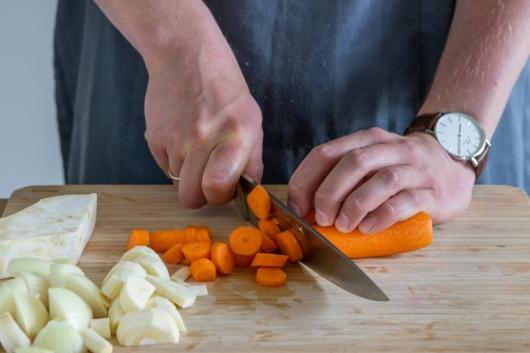 Karotte klein schneiden