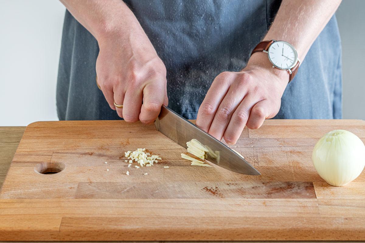 Zwiebeln und Knoblauch schneiden