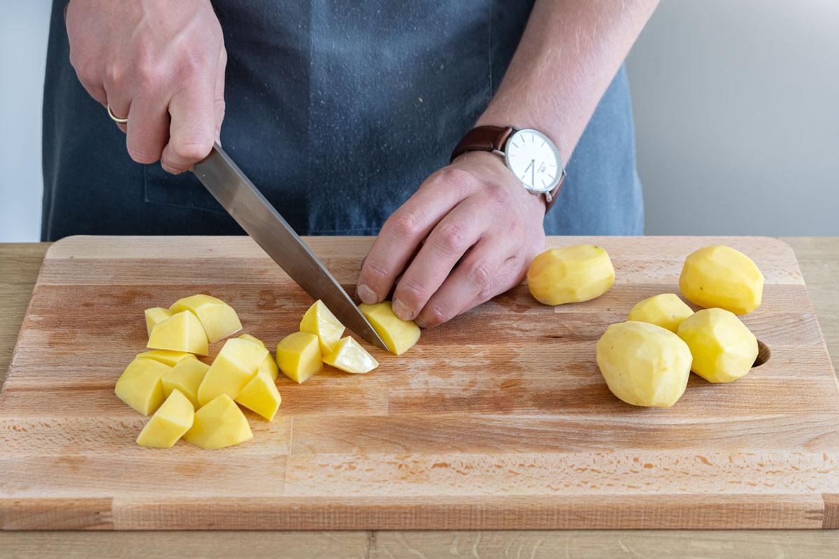 Kartoffeln in mundgerechte Stücke schneiden
