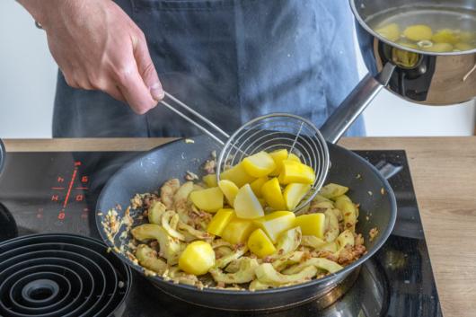 Kartoffeln zum Gurkengemüse geben