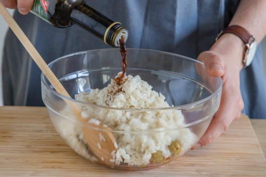 Balsamico zum Reissalat geben