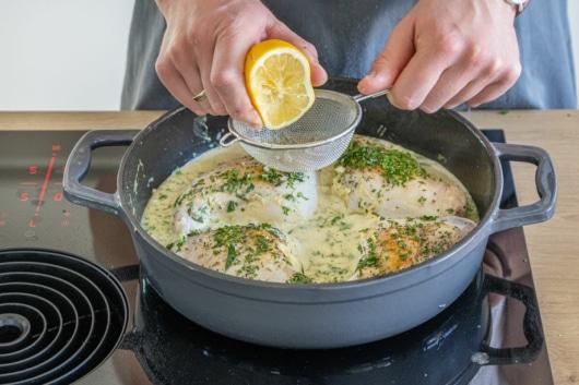 Zitronensaft zu den Kaninchenkeulen pressen